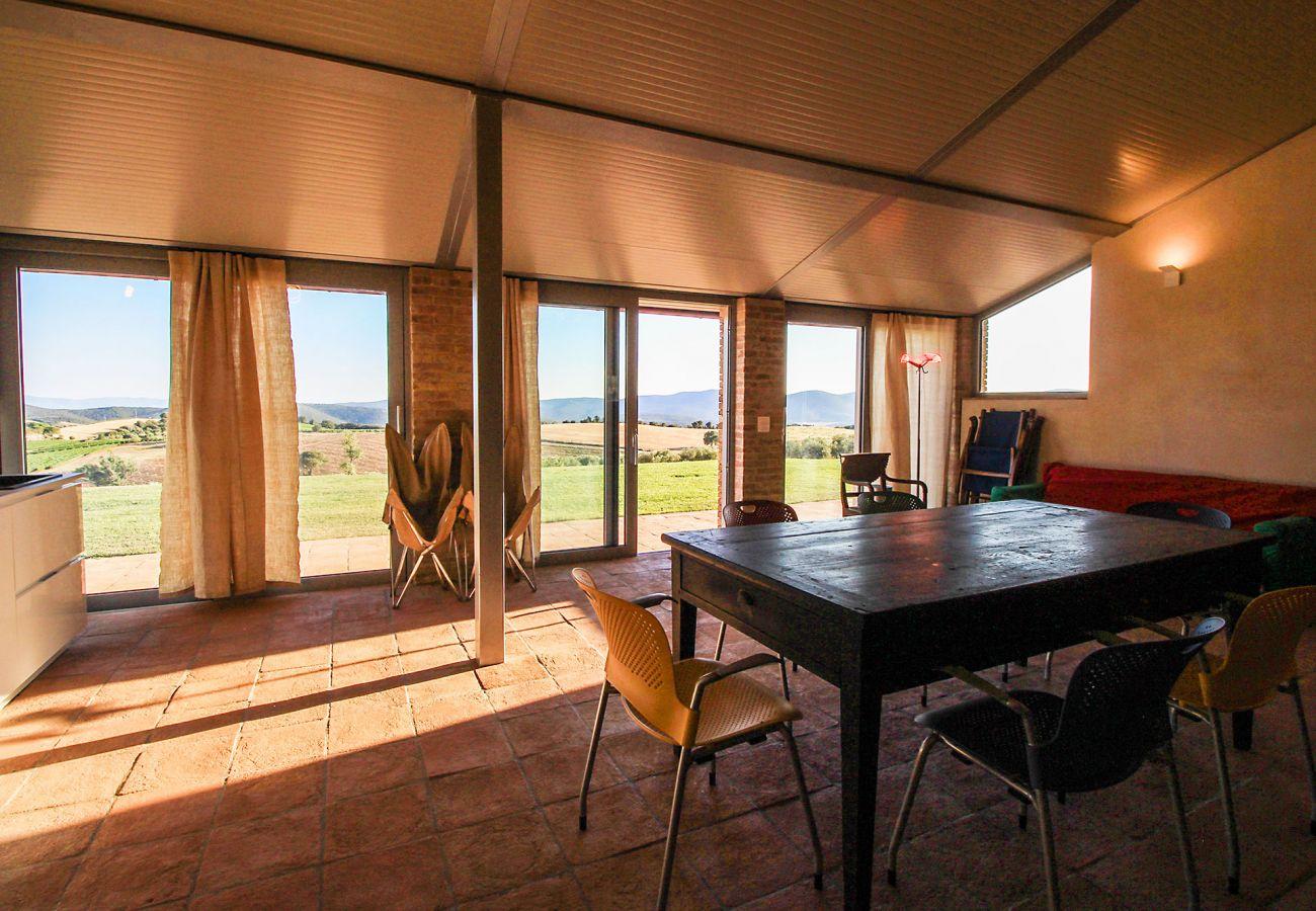 Das moderne Wohnzimmer der Casa La Centurina in der Toskana