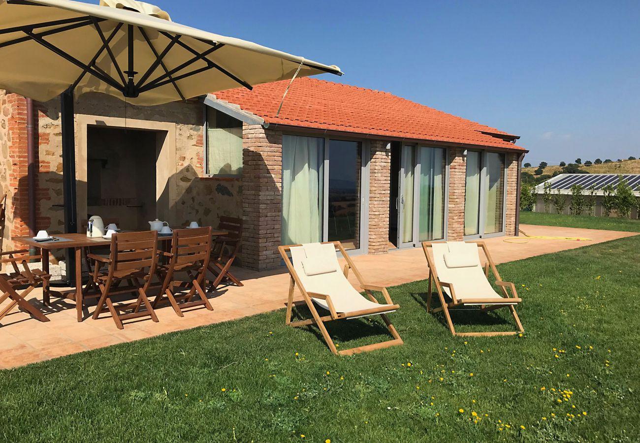 Die Terrasse um draussen zu Essen der Casa La Centurina in der Toskana