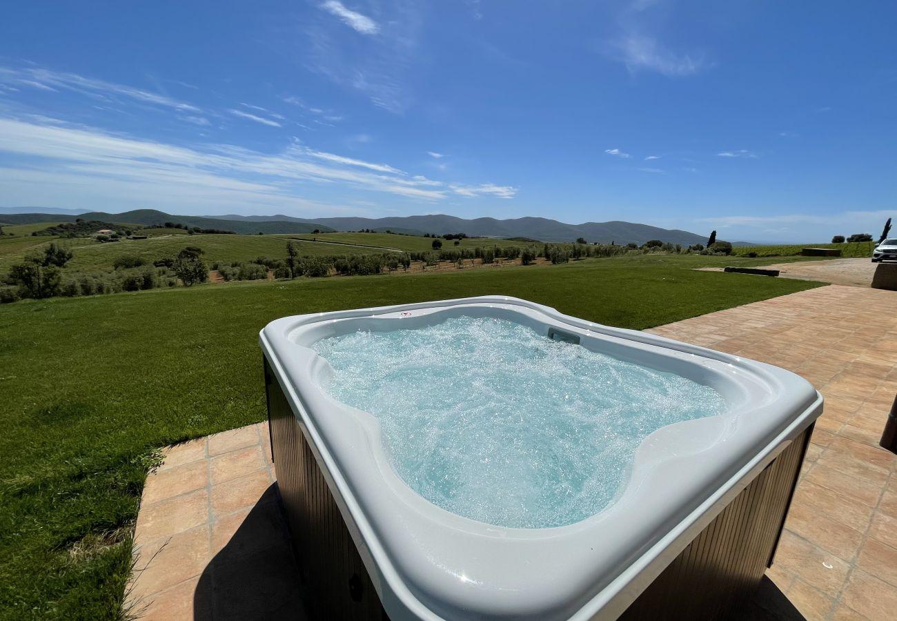 Der Whirlpool mit Panoramablick der Casa La Centurina in der Toskan