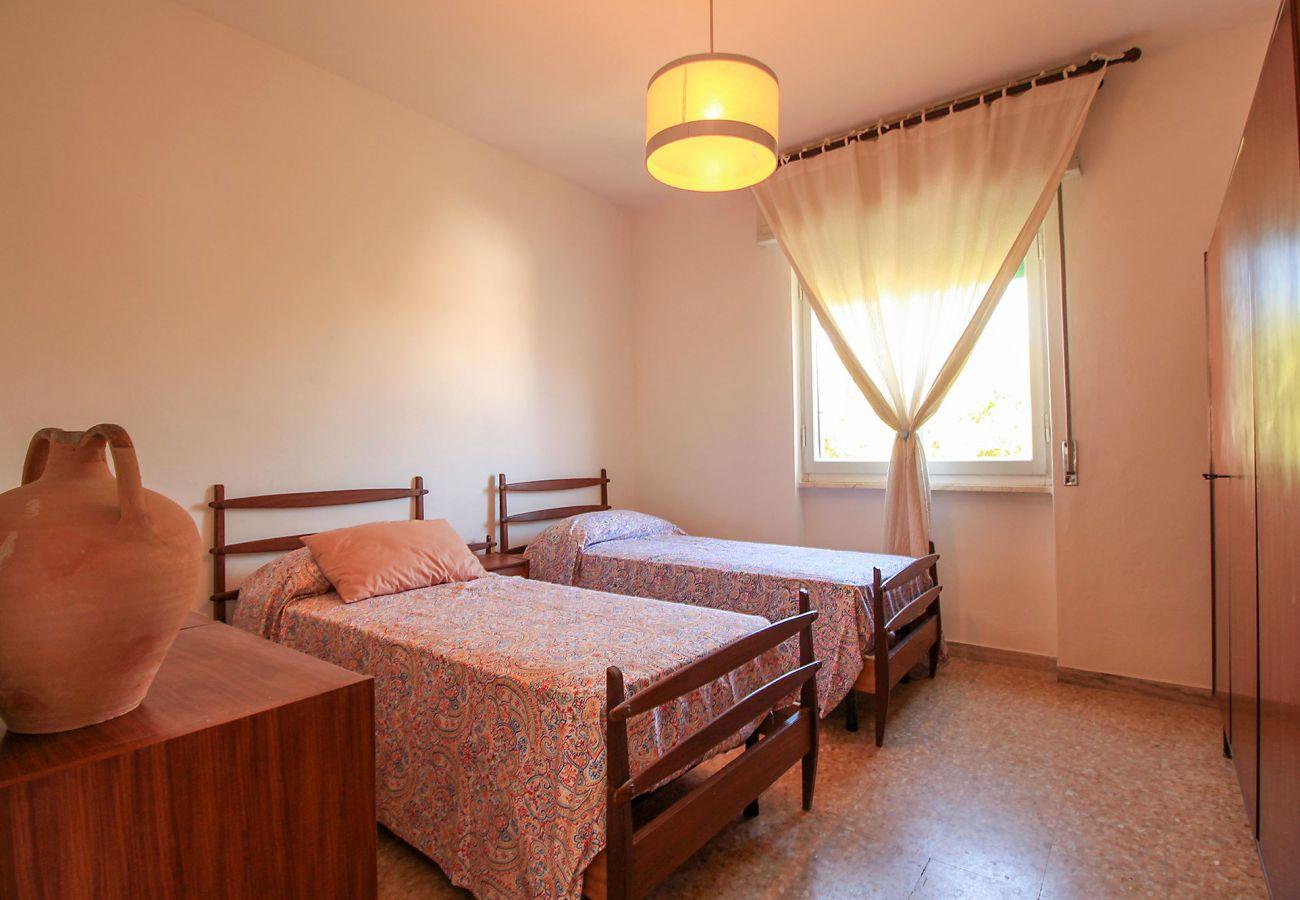 Castiglione della Pescaia-Wohnung Anna-Das Schlafzimmer mit zwei Einzelbetten