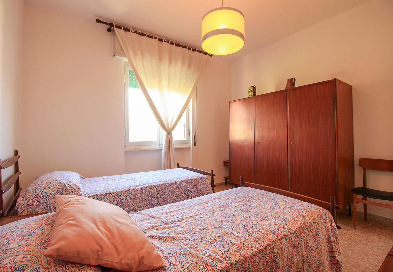 Castiglione della Pescaia - Wohnung Anna - Detail des Schlafzimmer mit zwei Betten
