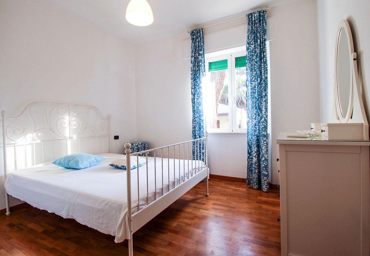 Marina di Grosseto-Lavanda Apartment-Das helle Schlafzimmer