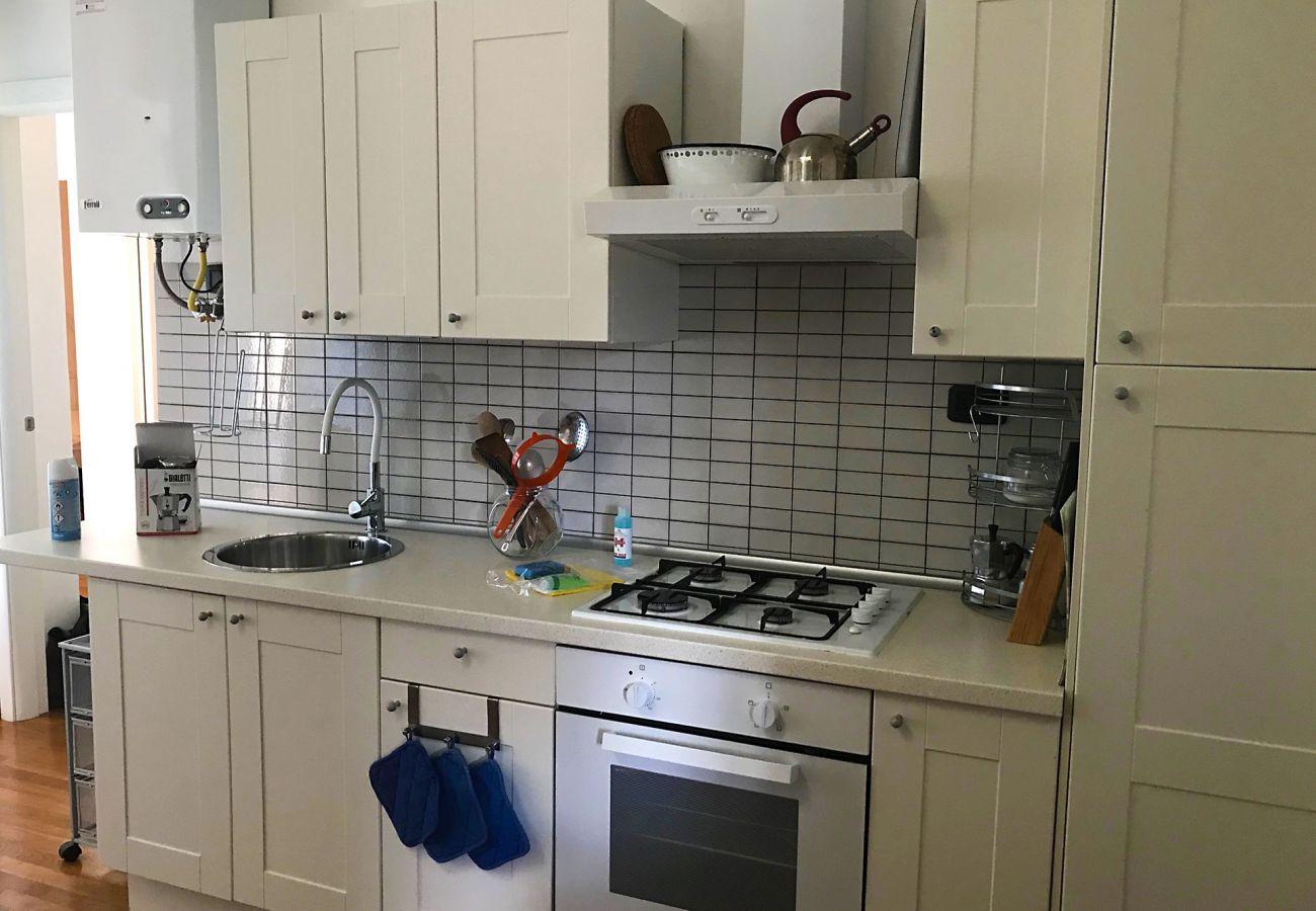 Marina di Grosseto - Wohnung Lavanda - Die Küchenzeile im Wohnzimmer