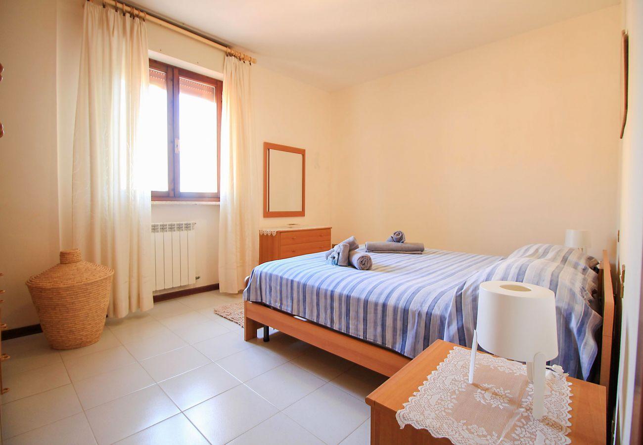 Porto S.Stefano-Wohnung Pozzarello- Das Schlafzimmer mit Doppelbett