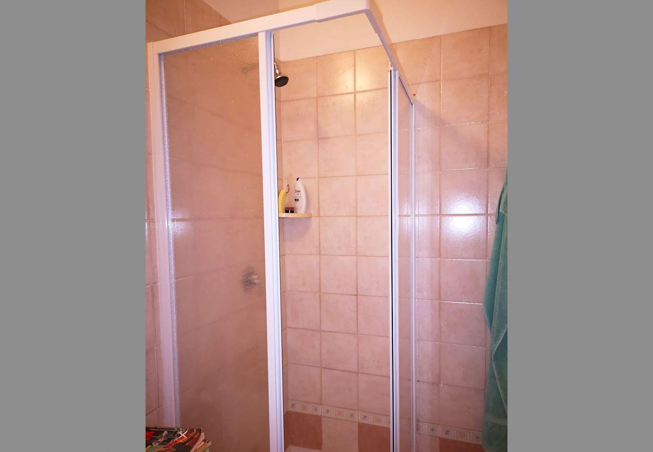Principina Mare- Bruno Apartment- Das Badezimmer mit Dusche
