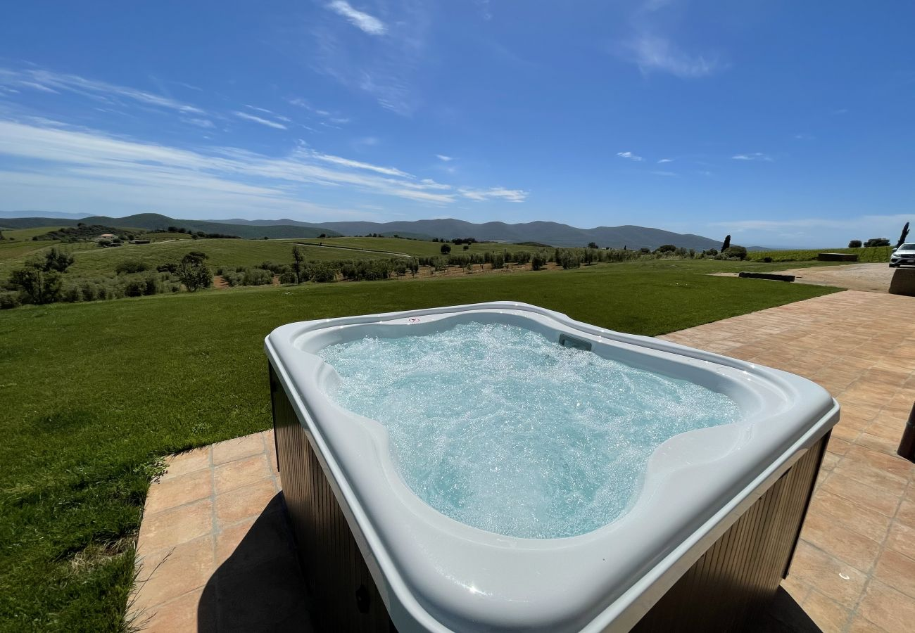 Le jacuzzi avec vue panoramique de la Casa La Centurina en Toscane