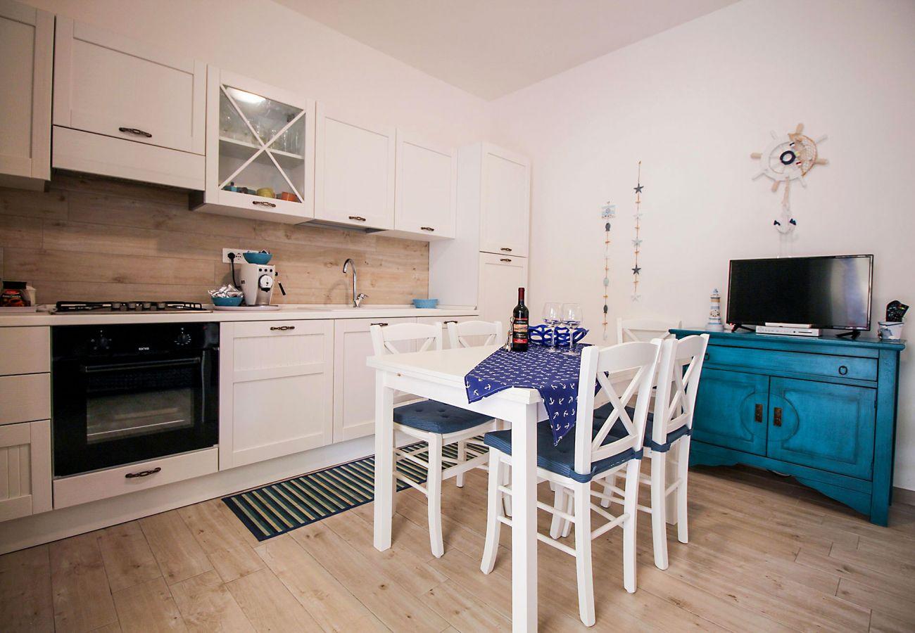 Marina di Grosseto-Il Timone Apartment-La salle à manger avec TV