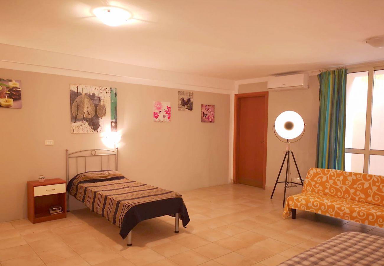Principina Mare - Appartamento Bruno - L'ampia camera al piano inferiore