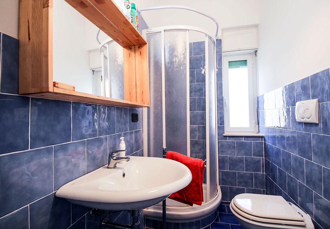 Marina di Grosseto - Lavanda Apartment - The bathroom with window