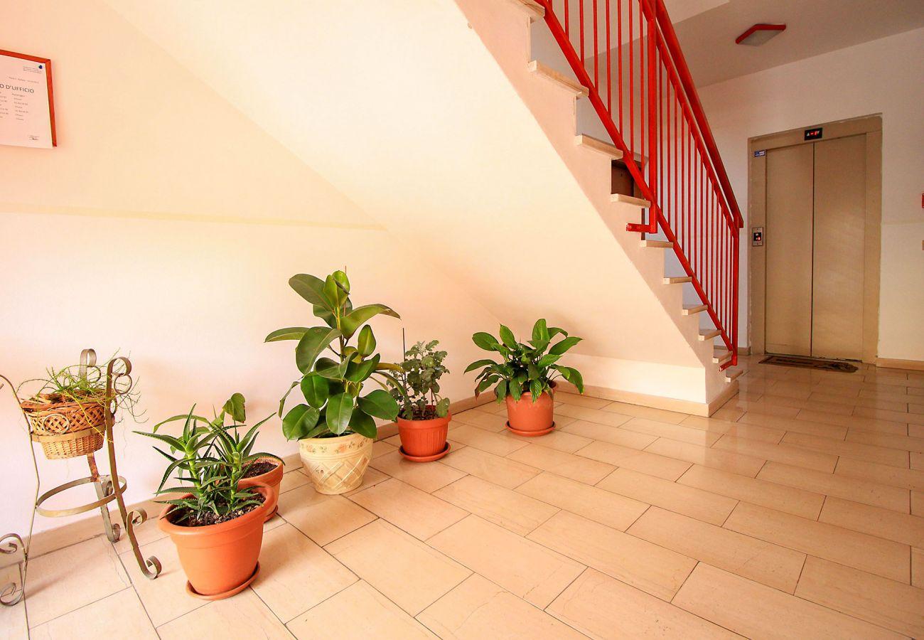 Porto S. Stefano-Pozzarello Apartment - The entrance with the lift